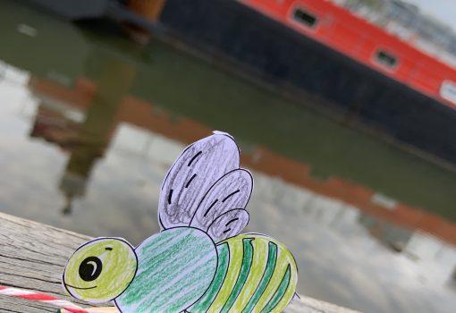 Gebastelte Biene vor Experimente Schiff